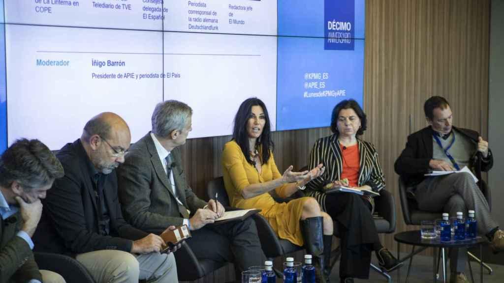 Carlos Franganillo (TVE), Ángel Expósito (Cope), Íñigo de Barrón (APIE), Eva Fernández (EL ESPAÑOL), Lucía Méndez (El Mundo) y Hans Gunter Kellner.
