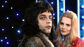 Freddie Mercury y Mary Austin en una imagen de 'Bohemian Rhapsody'.