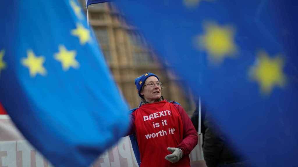 Un manifestante contrario al 'brexit' a las puertas del Parlamento británico