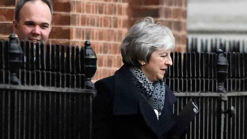 May, este lunes, saliendo de Downing Street