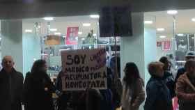 Protestas de varios homeópatas con pancartas llenas de faltas de ortografía