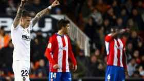 Santi Mina celebra un gol en el Valencia - Sporting