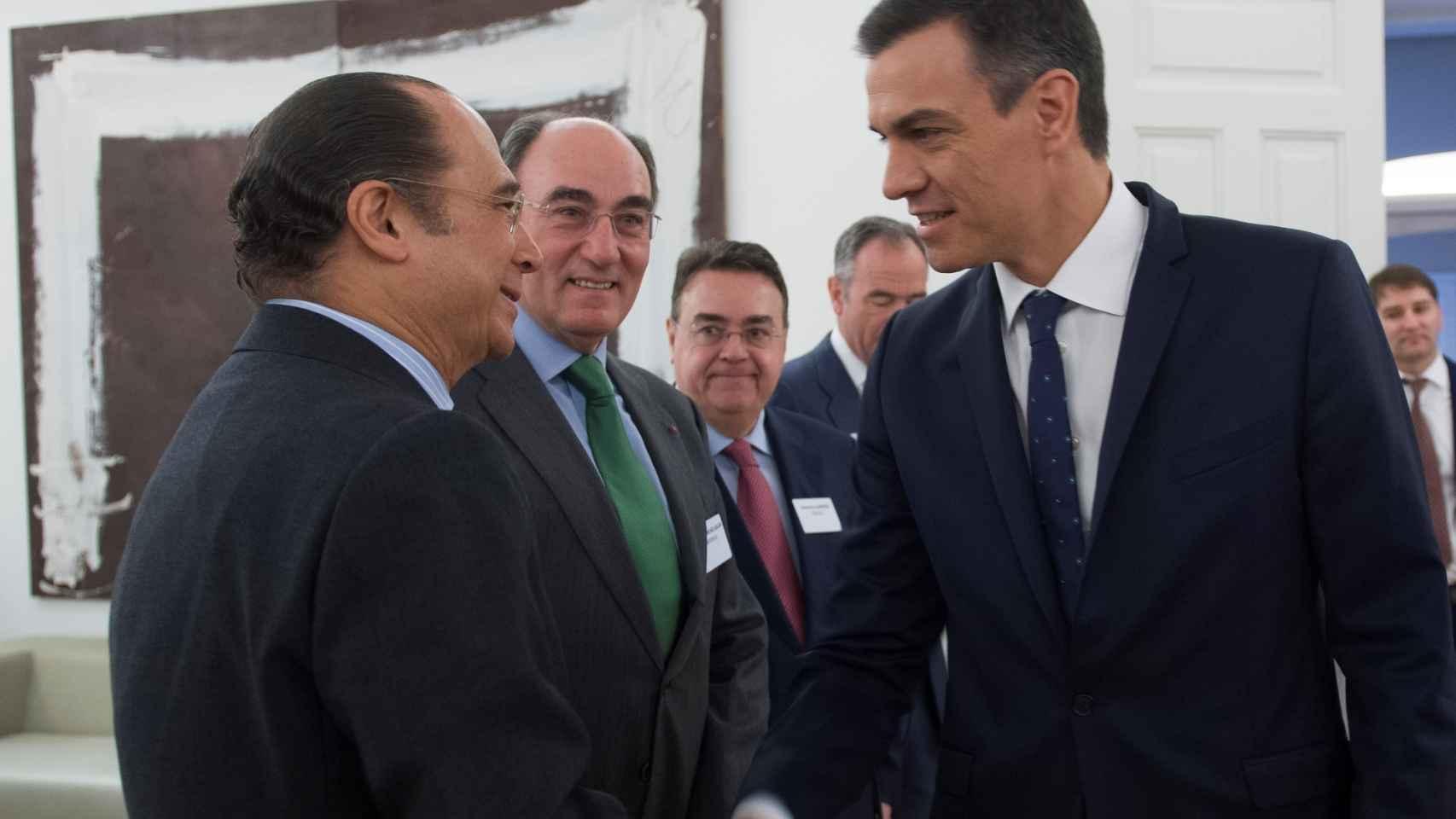 El presidente Pedro Sánchez saluda a los gestores de grandes fondos de inversión internacionales y CEOs de empresas multinacionales españolas .