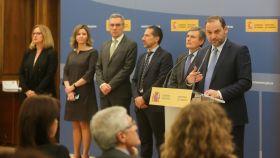 El ministro de Fomento, José Luis Ábalos (derecha), durante la presentación de los PGE.