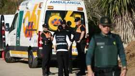 Agentes de la Guardia Civil en la finca privada de la localidad de Totalán (Málaga).