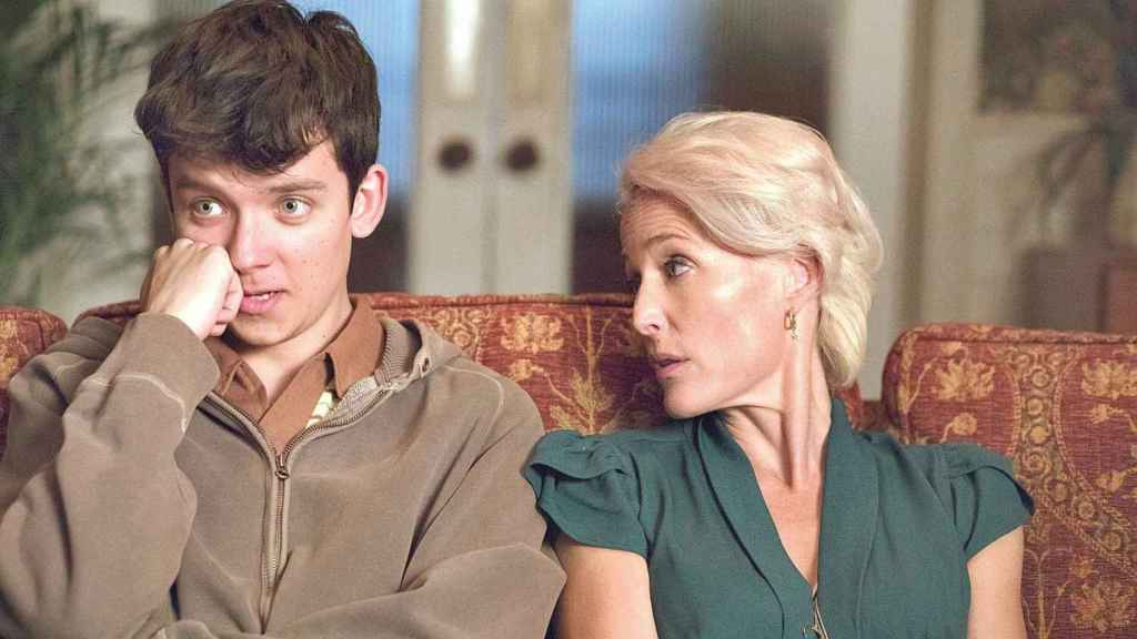 Asa Butterfield y Gillian Anderson en Sex education.