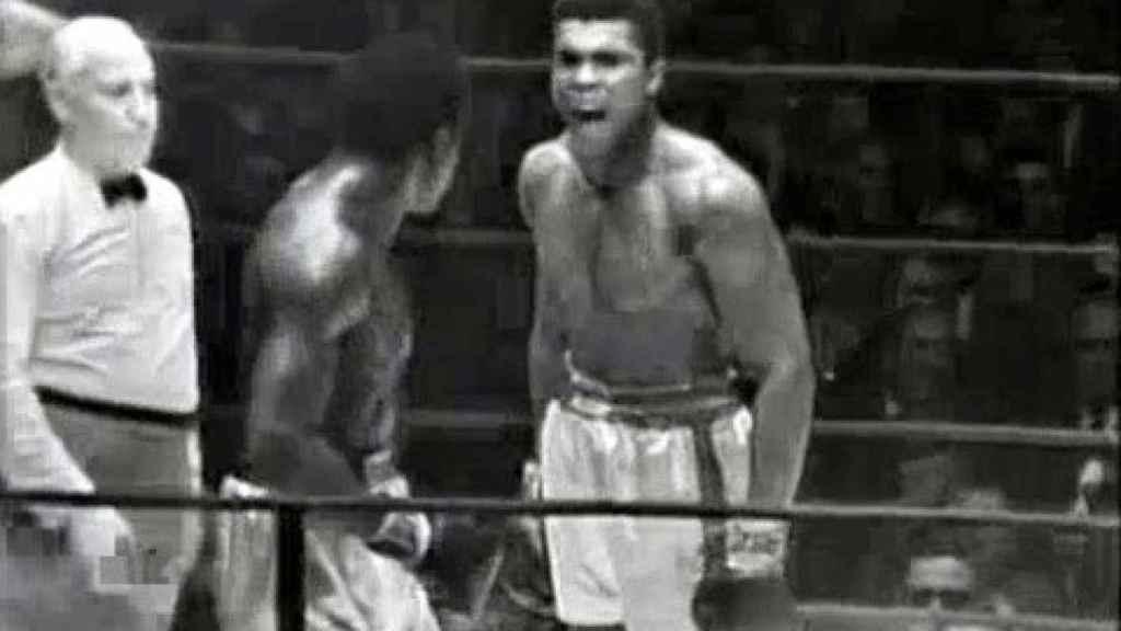 Muhammad Ali le grita a Ernie Terrel que diga su nombre