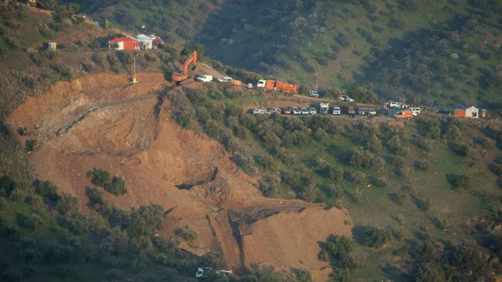 Los trabajos de movimientos de tierra en la finca de Totalán (Málaga) no cesaron este miércoles.
