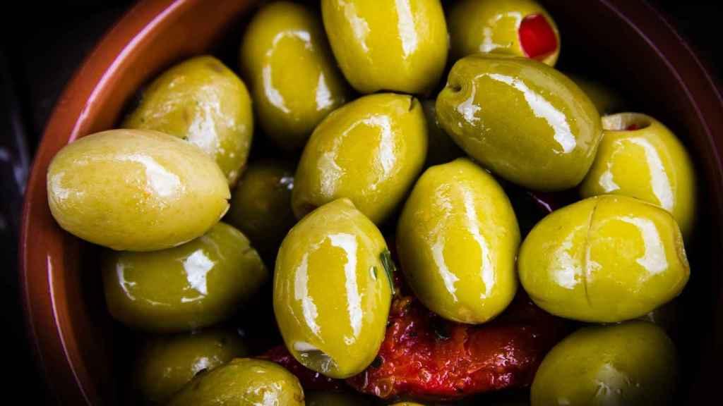 Un platito de olivas riquísimas, dispuestas para ser degustadas.