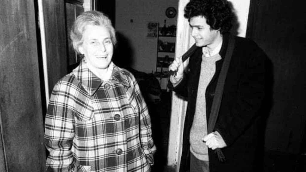 El escritor András Forgách y su madre Bruria en Budapest en 1975