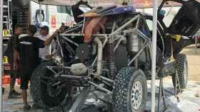 El vehículo de Carlos Sainz es sometido a reparaciones contrarreloj para poder participar en la novena etapa del Dakar