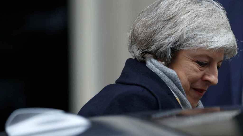 Theresa May sube a su coche momentos antes del debate del 'brexit'.