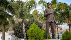 Estatua de Antonio Molina en una plaza de Totalán (Málaga).