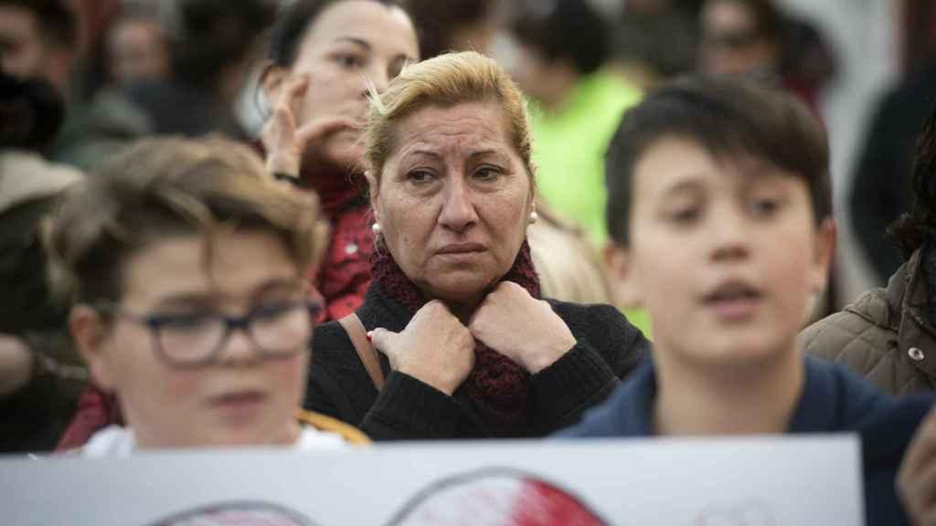 Niños de El Palo muestran mensajes de apoyo a la familia de Julen durante una concentración para reunir alimentos que llevar a la finca donde se trabaja en el rescate del menor.