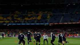 Un aficionado del Camp Nou en estado leve tras desprenderse un trozo del techo