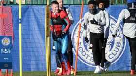 Jamie Vardy acudió al entrenamiento del  Leicester City disfrazado de Spiderman. Foto: Twitter (@LCFC)