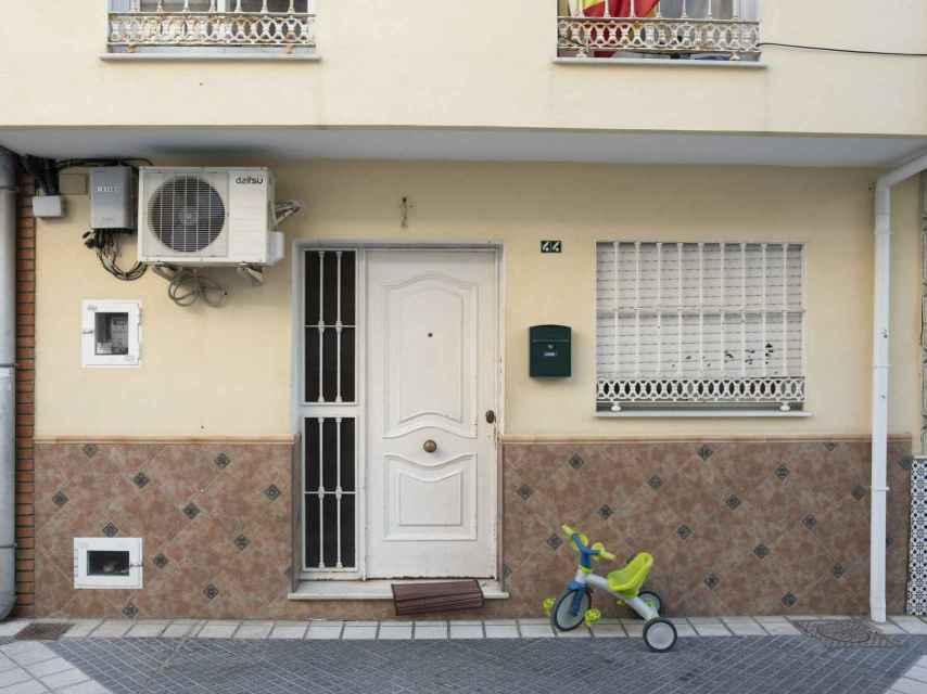 El triciclo de Julen sigue apoyado en la fachada de su casa desde el pasado domingo, cuando cayó al pozo.