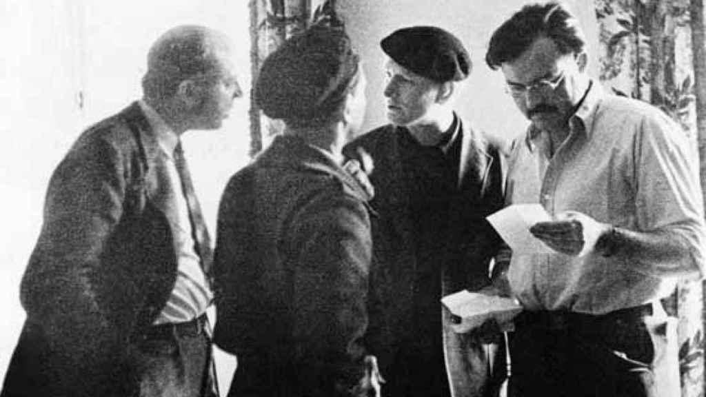 John Dos Passo (i) y Ernest Hemingway durante la Guerra Civil.
