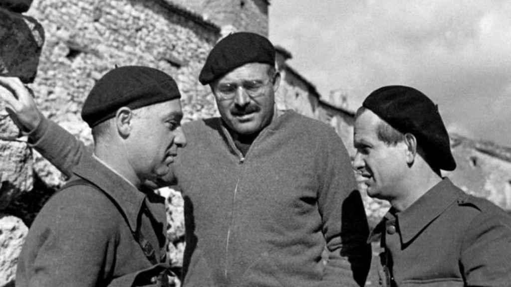 Ilya Ehrenburg, corresponsal de 'Izvestia', Ernest Hemingway y el brigadista alemán Gustav Regler en España en 1937.