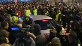 Taxistas rodean una VTC en las calles de Barcelona.