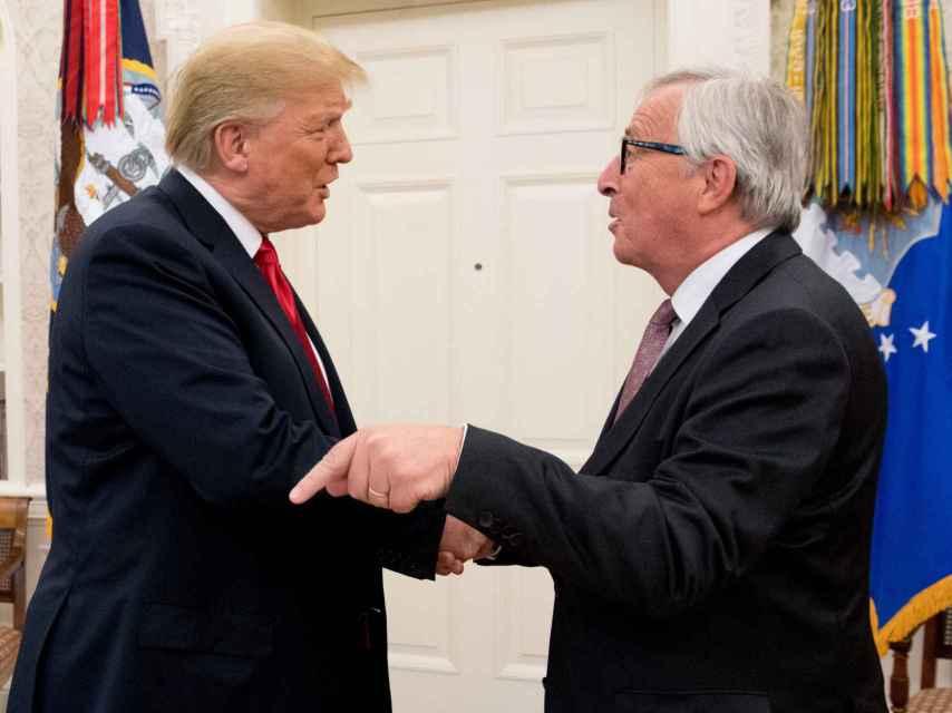 Juncker saluda a Trump durante su visita a la Casa Blanca en julio