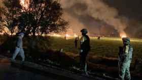 El personal militar observa cómo las llamas envuelven un campo en el municipio de Tlahuelilpan, Hidalgo.