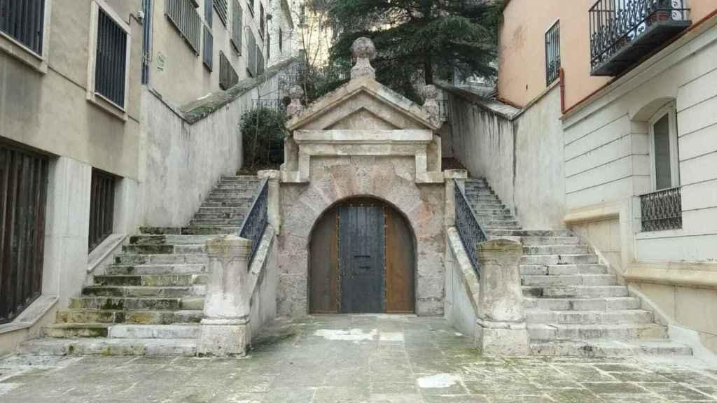 Entrada al refugio de Calderón de la Barca por las escaleras del Hospital de Santiago. Un espacio entre el Renacimiento y el Barroco.