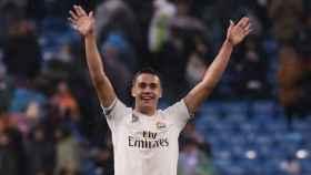 Reguilón celebra con la grada del Santiago Bernabéu la victoria al Sevilla