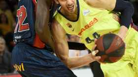 Ante Tomic intenta superar a Illimane Diop en el Baskonia - Barcelona