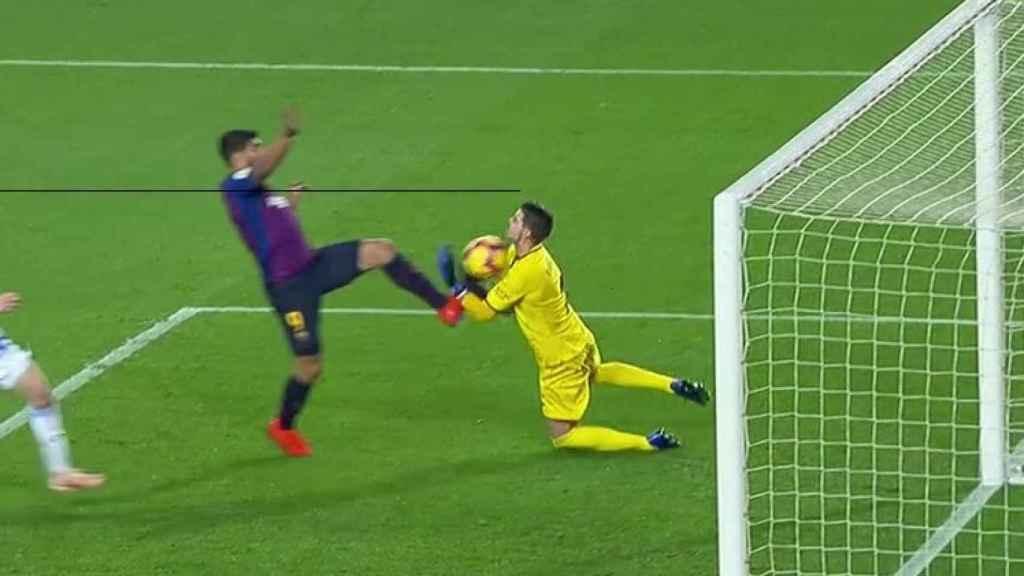 El último favor del VAR al Barcelona: Suárez hace falta sobre Cuéllar en el gol