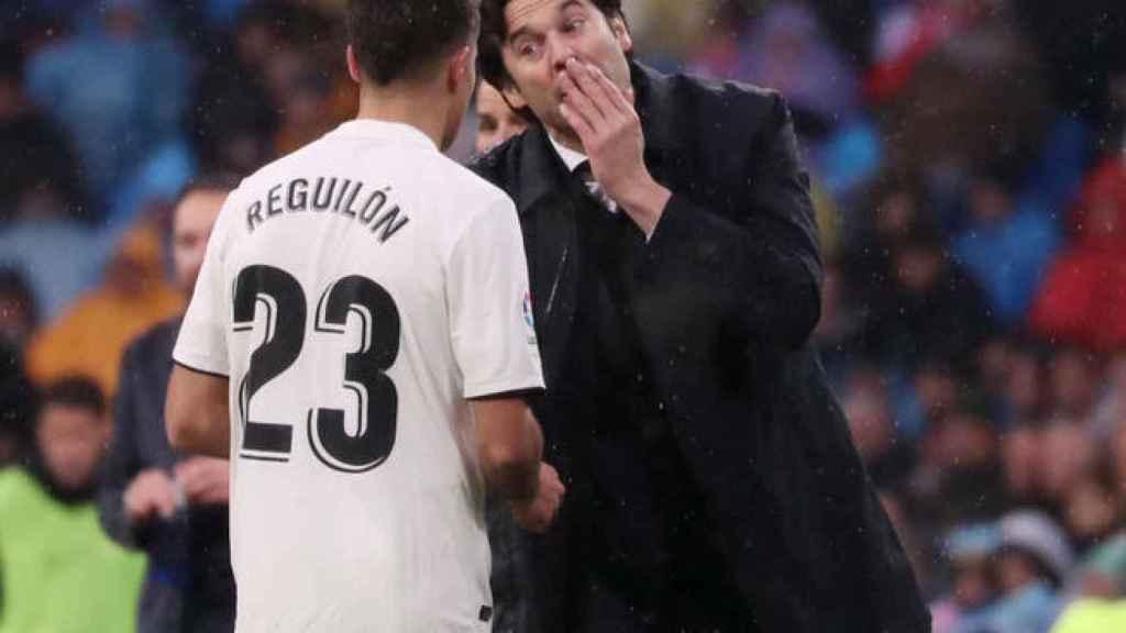 Reguilón y Solari dialogando durante un partido