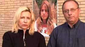 Los padres de Marta del Castillo, ante un retrato de su hija desaparecida.