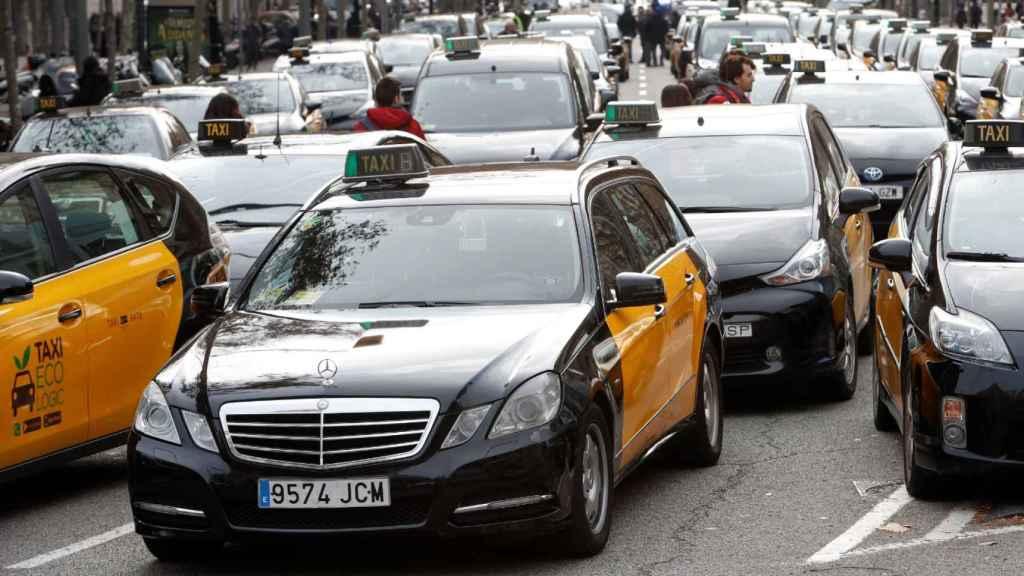 Los taxistas ocupan la Gran Vía de Barcelona contra la normativa de los VTC, en una imagen de archivo.