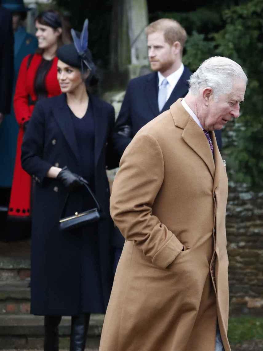 Meghan Markle y el príncipe Harry de fondo, y el duque de Edimburgo en un primer plano.