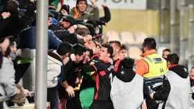 Los jugadores del Reus celebran un gol con su afición