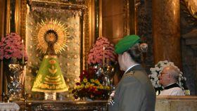 Una militar frente a la Virgen del Pilar vestida con el manto del Ejército.