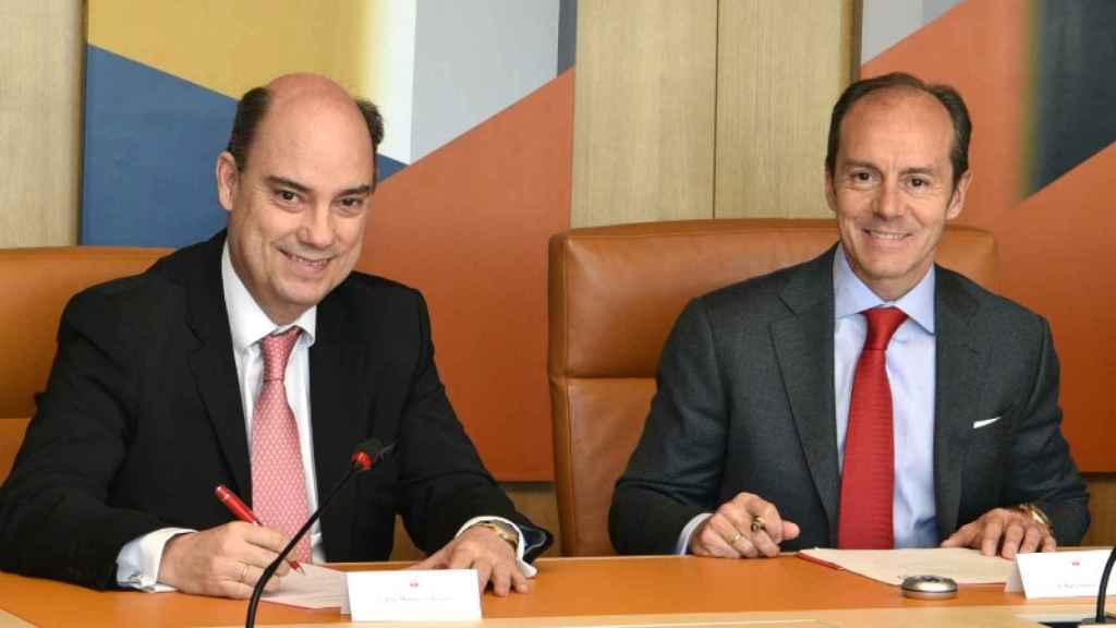 Los CEO de MAPFRE España, José Manuel Inchausti y de Santander España, Rami Aboukhair durante la firma