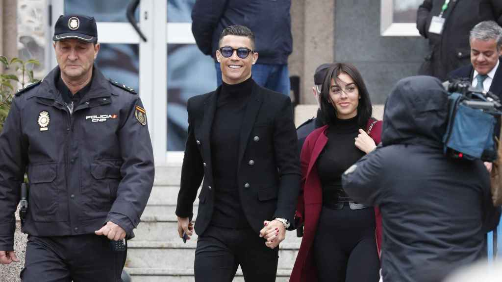 Cristiano Ronaldo y Georgina Rodríguez a su salida de la Audiencia Provincial de Madrid.