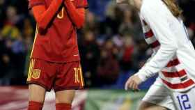 Jenni Hermoso, jugadora de la Selección femenina, se lamenta ante una futbolista estadounidense