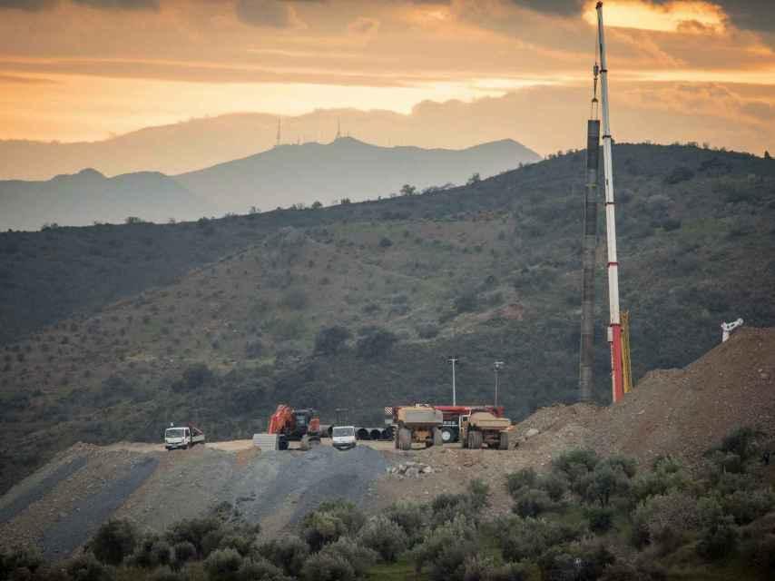 'Zona cero' del rescate de Julen. En la imagen aparece la perforadora, una grúa sosteniendo los 42 metros de tubos soldados y, en el centro, sobre una camioneta, la cápsula metálica en la que deben descender los mineros en busca de Julen.