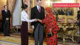 Letizia junto al rey Felipe saludando a un miembro del Cuerpo Diplomático.