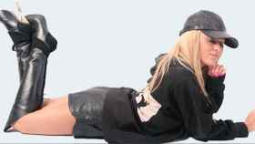 La modelo Stephanie Scolaro con gorra de pitón.