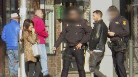 Chabelita y Omar en el momento en que interviene la policía.