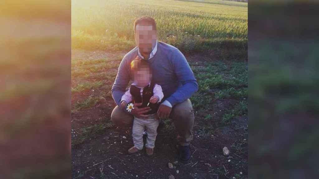 José Antonio, de profesión vigilante de seguridad, en una fotografía con su hijo fallecido