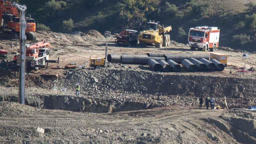 Tubos que han servido para encamisar el tunel que conectará con el pozo en el que está Julen
