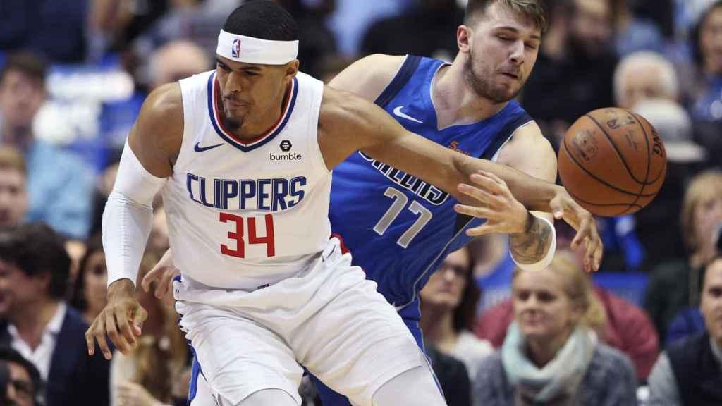 Luka Doncic roba un balón en el partido contra los Clippers
