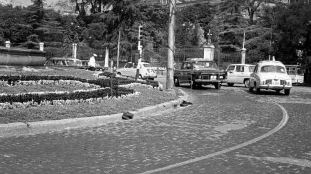 La madrileña plaza de Cibeles aparece llena de gorras durante el motín de las gorras