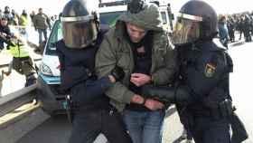 La Policía detiene a un taxista durante un intento de bloquear la autopista M40 en Madrid.