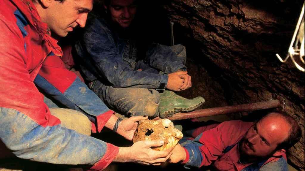 Juan Luis Arsuaga e Ignacio Martínez en el momento del descubrimiento del Cráneo 4 Agamenón de la Sima de los Huesos en 1992