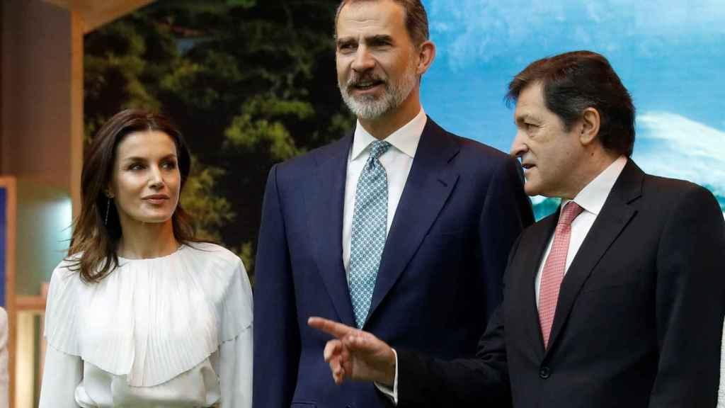 El rey Felipe VI y la reina Letizia, junto al presidente del Principado de Asturias , Javier Fernández.